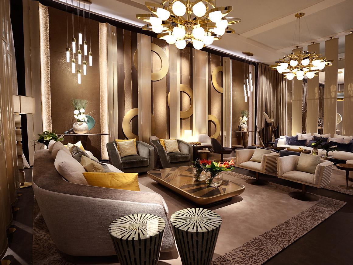 interno dello stand ALCHYMIA per il Salone del mobile di MILANO, si vedono le boiserie a parete, il living con tavolino, divano, lampadari scenografici, progetto cattaneo design, decoro by Alchymia