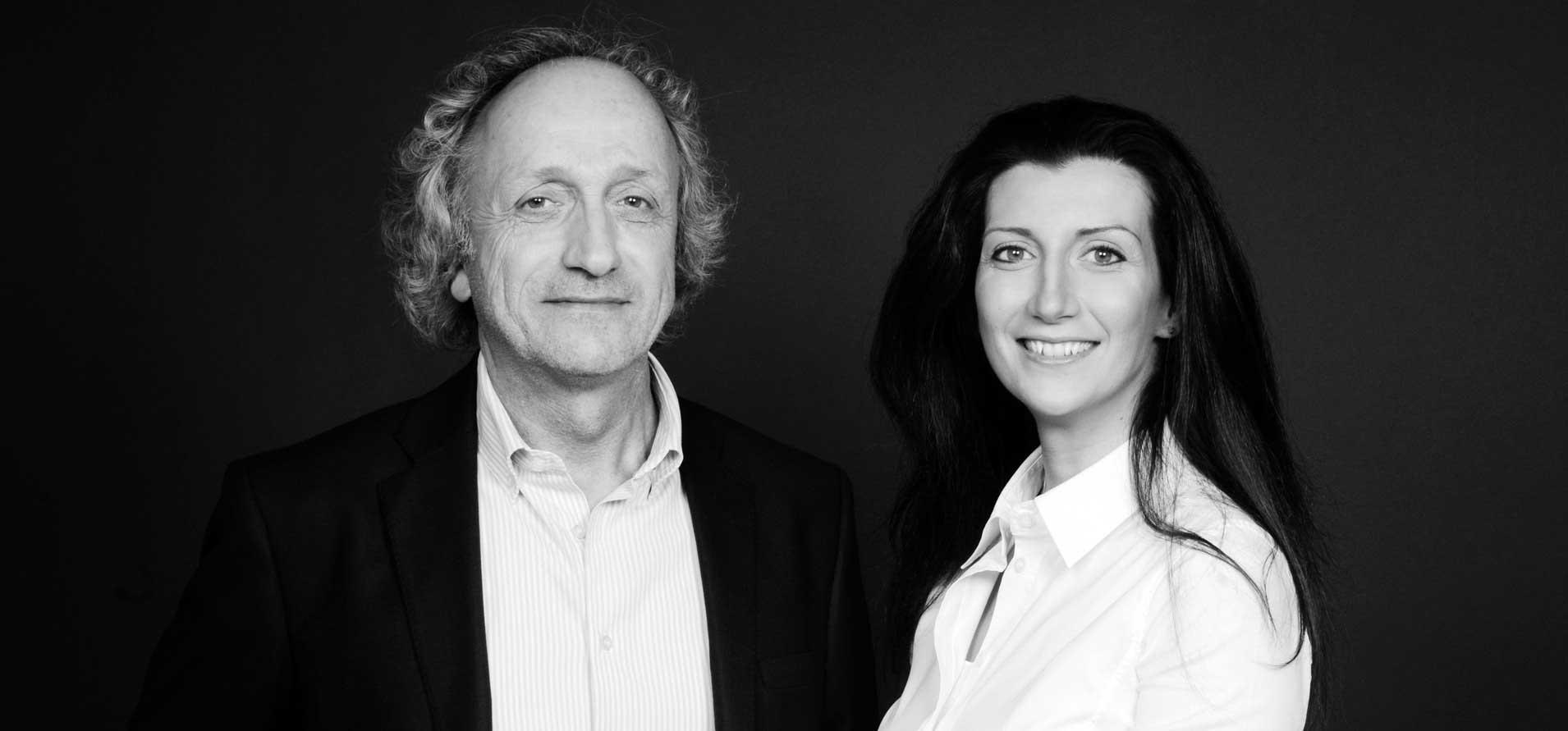 Foto in bianco e nero che ritrae i due fondatori dello studio a sinistra Enrico Cattaneo a destra Anna Cattaneo