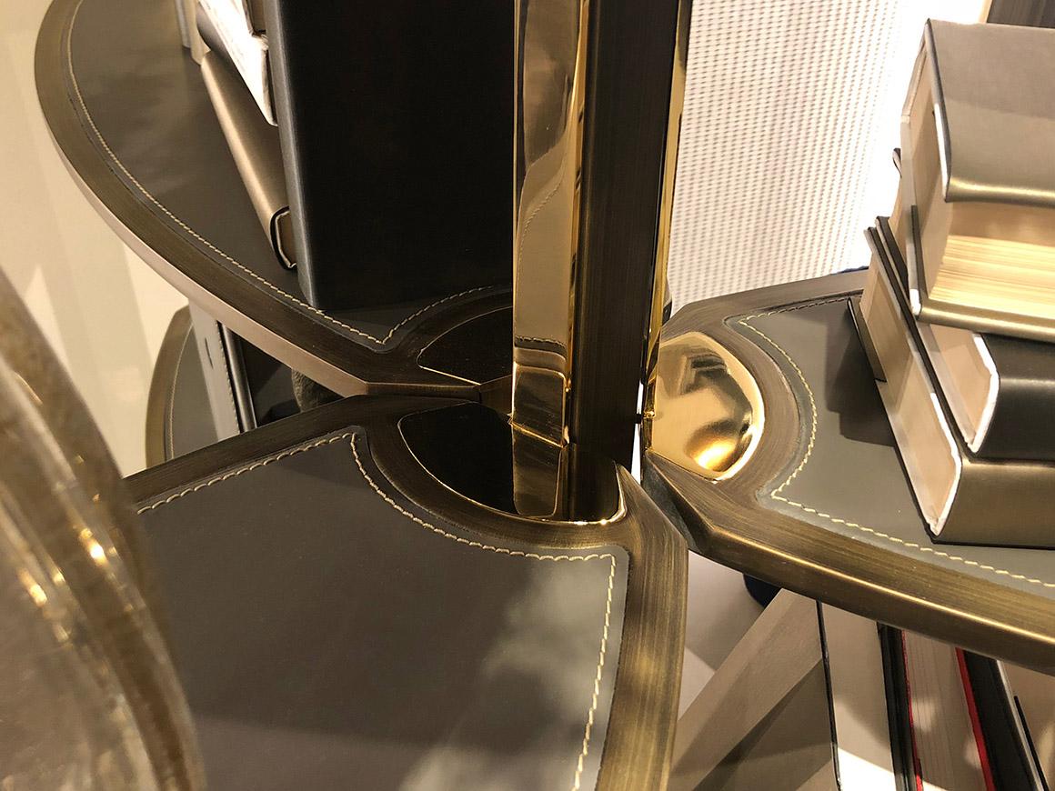 dettaglio, montante centrale con 3 ripiani, fissati con elemento in metallo finitura gold